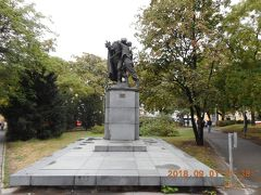 もう一度ヴルフリツキ公園広場の北寄りに戻って「友愛記念碑」を見たら、誰かが赤いハートマークをはって貼ってありました。
