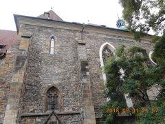 シナゴーグから徒歩2分ほどの場所でこの教会(スヴァティー インドジシュ ア スヴァター クンフタ )を見つけました。グーグルで訳すとヘンリー教会と聖クンフタ教会と表示されました。何故2つの名前が出てくるのか不思議でしたが、2人の聖人の名前でした。