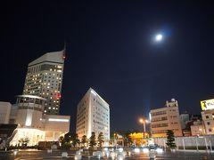 夜のホテル。 クレメント高松とクレメントインが並んでいます。 JRも港も目の前なので便利。 クレメントホテルはちょっと古かったなー。