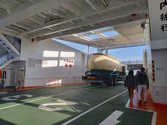 宮ノ浦港到着。 車の横を通って下船。 高松は乗船口がありましたよ。