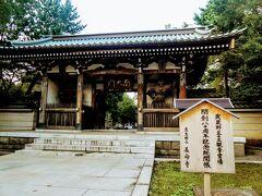 ようやく武蔵野三十三観音の1番である長命寺に到着です。 入口には開創80周年記念総開帳の文字があります。 こちらは南大門。