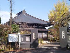 天台宗の古刹薬王寺の前を通る。857年創建。