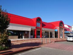 JR飯田駅です。りんごをイメージした真っ赤な駅舎。