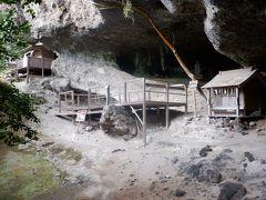 10分ほど登った妙見堂という小さなお寺まで歩いてみました。洞窟に建てられたお堂の中には平安時代に彫られた妙見像が安置されています。