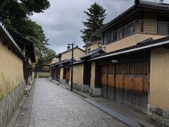 長町武家屋敷  藩政時代に加賀藩の中級武士が暮らしていた所で、細い路地や土塀が続きます。 2がスマホのグーグルマップを手に案内します。母も持っているし、WIFIがなくても使えるように、マップスミーを入れても来ているのですが、地図が読めない方向音痴なので、2に付いて行きます。老いては子に従え。です。