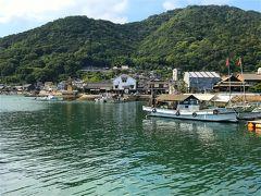福山からはバスで30分ほどで鞆の浦へ到着! バス停から海沿いへ出てくると、そこは入り江になっていて 対岸のシンボル常夜燈が見えました。  鞆の浦は「潮待ちの港」として江戸時代に栄えた町です。