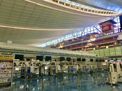 10/31(Sat.)  フライトが午後便なので、気になっていた羽田空港第3ターミナルに来てみました。 4月に国際線ターミナルから拡張されて第3になったけど、ほぼ稼働していない。。。  チェックインカウンターは閑散とし、飲食店も8割くらい休業していました。 想像してはいたけど、目の当たりにしてショックです。