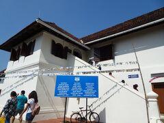 マッタンチェリー宮殿です。  ポルトガルからコーチンの王様に贈られた宮殿だそうです。宮殿とはいってもごくシンプルな建物でした。  この施設のハイライトはヒンドゥー教の壁画らしいけど、私はコーチン藩王国に関する展示ばかり見ていました。 特に王族の写真や衣装です。インドのマハラジャを初めて見た!  内部の撮影は禁止です。(5ルピー)