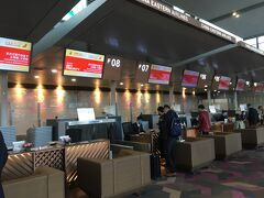 上海虹橋国際空港 国内線専用ターミナル2  今回はビジネスクラスなので専用カウンターでのチェックイン。 国内線のビジネスクラスカウンターは、エコノミークラスとは全く離れた専用カウンターです。