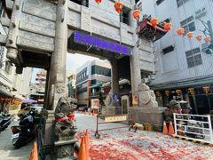 そして、嘉邑城隍廟へ。朝、何かの儀式があったようで、牌樓のところには爆竹の残骸があった。