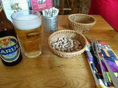 さて、ホテルを出てランチへ。 「プロパガンダ ビストロ レストラン」へ。 人気店らしく、とても混んでいました。  まずはビール。ピーナッツも一緒に出てきました。