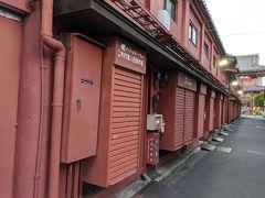 早朝の浅草寺、仲見世の裏を抜けて駅に向かいます。