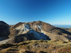 振り返れば、星生山、その手前で白い山肌の硫黄山は未だに噴気を上げています。