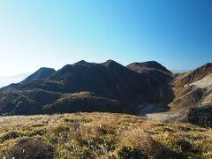 右から久住山、天狗ヶ城、中岳、稲星山とくじゅうの山々が一望。素晴らしい景観ですが、何より青空が気持ちいい~。