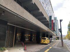 今回の宿泊は札幌グランドホテルです。とりあえず荷物を預けました。このクラスで3泊朝食付きで25,440円(2人分)と破格の値段で宿泊できました。