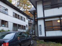 16:30 滑川温泉福島屋に到着。周囲4kmには人家がない一軒家です。今夜1泊だけですが、本格湯治を体験します。