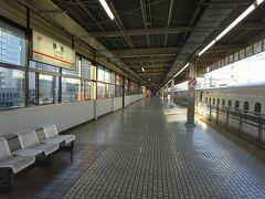 静岡駅に到着。ここで降りる。 本当は、駅前にある「おにぎりのまるしま」で静岡おでん付きの朝食を食べたかった。 でもさすがにまだ開店前の時間だったので断念。