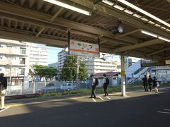 焼津駅。 車内は高校生で結構混んできた。