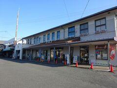 新金谷駅の駅舎。 左側半分は、大井川鐵道の本社となっている。