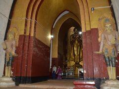 アーナンダ寺院 巨大な寺院で4つの方角に向かって仏像が建っており今でも現役の寺院です。 1体目
