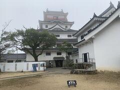 唐津城。城の左右に広がる松原が翼のように見えるので「舞鶴城」ともいわれているそう。