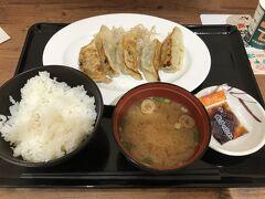 SAがすっかりリニューアルされていてちょっとびっくりしました! 餃子定食を食べました。 時間が少し早めだったからかすっごく空いていました。 確か、浜松も餃子が有名だったかと思うので宇都宮の餃子と食べ比べだ~!と思いましたが、まぁ、これは、本物の浜松餃子では無いでしょうね…。これなら、私の好みとしては宇都宮の勝ちかな?(^_^;)。普通に美味しいです。