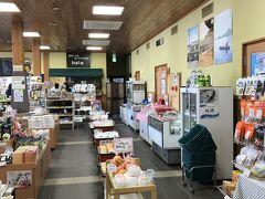 安来駅にある観光プラザ。奥にカフェ。お弁当とかは売っていなくて、飲み物は売っていた。奥のカフェのサンドイッチがテイクアウトできる。