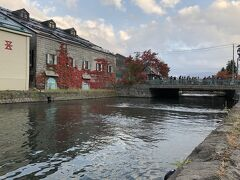 運河倉庫にもきれいな紅葉。
