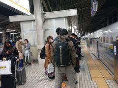 京都駅。  人増えましたね。一車両に3人ってときもありましたからね~  今回は前回のようにgo toの地域共通券の使い道にあたふたすることもなく、また新幹線車内で551蓬莱の匂い爆弾に襲われることもなく、平和に帰宅。  また、来月。 次は紅葉が楽しめると良いねえ。