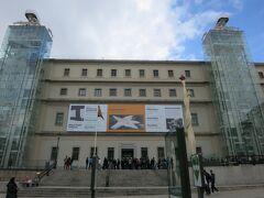 駅から歩いて3分ほど、大きな駅前交差点を渡った先にある「ソフィア王妃芸術センター」は、「フアン・カルロス1世」の王妃「ソフィア」にちなんで名付けられた美術館です。中世の作品を所蔵している有名なプラド美術館と違い、20世紀の近現代美術を中心に展示されています。  美術館の建物は、建築家「エルモシラ」と「サバティーニに」よって19世紀初頭に建設された総合病院を改装したもので、2つの大きなエレベーターが両サイドに設置されているのが目印です。 オープンしたばかりの時間でしたが、写真を撮ったりしていたら、どんどん行列ができてきたので、慌てて入館しました。
