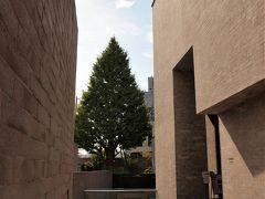 森鴎外旧居/観潮楼跡 森鴎外が大正11年(1922)に没するまで、『青年』『雁』『高瀬舟』など数々の名作を著した住居跡。鴎外は、後に夏目漱石が小説『吾輩は猫である』を書いたことで知られる「猫の家」から、明治25年(1892)にここに移ったそうです。2階の書斎から東京湾が遥かに見えたので、観潮楼と名づけたといわれます。 明治40年(1907)からは観潮楼歌会も催され、佐佐木信綱、与謝野鉄幹、伊藤左千夫、石川啄木なども参会したといわれます。