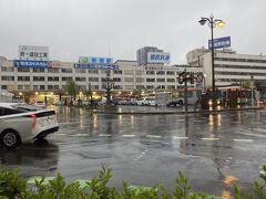 新潟駅到着。雨です。スケート靴持ってると荷物が重くなるので、雨はしんどい。