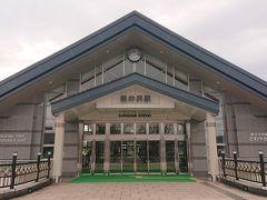 8時7分に軽井沢駅に到着。う~ん…曇ってますね~(;^ω^) 雲場池に向かいます。バスやタクシーで行く人もいますが、我々夫婦は歩くの大好きなので徒歩で向かいます。