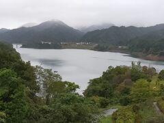 宮ケ瀬湖 翌日は宮ケ瀬湖とダム見学。宮ケ瀬湖をぐるっと回ったところにお土産屋というかふれあい館がある。そこからの眺め。