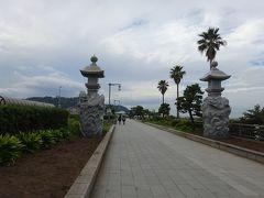 天気はいま1つですが、江の島弁天橋 龍燈が見えます。