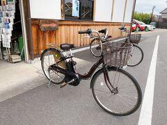 さて、今回の散策にはこちら!電動アシスト付き自転車をお借りしました。  「明日香レンタサイクル」にて1,500円。ホームページに200円の割引クーポンがあります。他の営業所で乗り捨てをするため+200円をお支払い。  実は電動アシスト付きに乗るのが初めてなので、簡単に説明をしてもらっていざ出発です!  ちなみに恥ずかしい話、わたし自転車うまく乗れないんですよね。小学生のときは同じくうまく乗れなかった妹を心配しすぎるあまり、自分がぬかるんだ田んぼに落ちたという残念な思い出も。幸い片足をつっこんだくらいだったので、その後の観光も何とか出来たのですが、一生忘れない思い出ですね(苦笑)  まあ、当時はよくがんばったなってことで、大人になった今ならもう少しマシに乗れるだろうと思っていたのですが、これがなかなか難しい上に、アシストのおかげでひと漕ぎでめっちゃ進むので超怖い。慣れるのに半日ほど要しました(笑)  自転車に乗り慣れている方なら問題ないと思いますが、地味に坂道があったりしますので、レンタルする際は普通の自転車と200円ほどしか変わらなかった電動アシスト付きがいいと思います。  さて、まずは高松塚古墳を目指します。しかし最近地図を読むということをしないためなかなかうまくたどり着けず、google mapを開くも車設定でも徒歩設定でも自転車に最適な道にならないんですよね。最終的には何とか慣れましたけどなかなか難しかったです。散策する人向けの表示があちこちにありますので、その通りに進むのが自転車や徒歩の人には優しいルートかと思います。