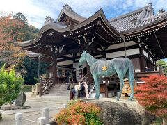 こちらの「橘寺」は聖徳太子誕生の地と言われています。  手前の馬の像は聖徳太子の愛馬「黒駒」だそうです。聖徳太子はこの馬に乗りあちこち駆け巡っていたのでしょうか。見ての通り美しいお馬さんです。
