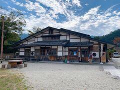 石舞台古墳と目と鼻の先にある「夢市茶屋」にてランチしようと思います。  こちらはお土産や地元の名産が購入できるのですが2階はレストランになっていました。