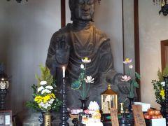 次は歩いて飛鳥寺へ。 ガイドさんから飛鳥寺の歴史について興味深いお話を聞くことができました。 少し斜めを向いているのは、聖徳太子が生まれた橘寺の方向になるそうです。