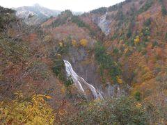 展望台から見た滑川大滝。落差100m(布引の滝も含めると130m)幅17mで、日本の滝百選に選ばれています。