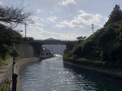 西ノ島舟引運河は、外浜海水浴場のすぐ脇。