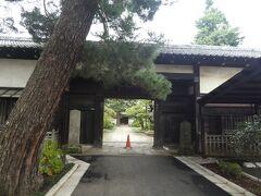 武蔵野三十三観音の3番亀頂山 密乗院 三寶寺は道成寺のほぼ隣と言っていい場所にあります。 長屋門は勝海舟の邸宅にあった門をそのまま使用。