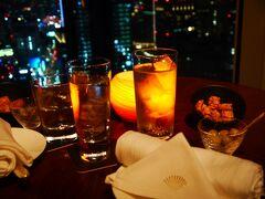 トレーニング後は夕食。 夫との相談の結果、ラウンジで軽く(の割にカロリーは高い)ということになりました。 19時過ぎ、席は比較的余裕があり窓際の席に案内されてラッキー♪ 食前酒はマンダリンオリエンタル東京オリジナルのヴェルモット。 桜と菫の香でとても美味しい♪ 私はソーダ割にしたけど、ロックのほうがより香りを楽しめる気がするので、 アルコールに弱いのでなければロックがおすすめです。