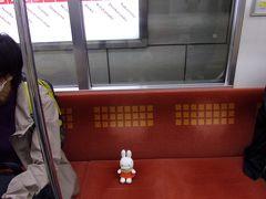 お世話になったホテルから淀屋橋駅へ、そこから地下鉄御堂筋線に乗ってなんばへ行きます。  あんた、大人しく座ってなさいよ(笑)。