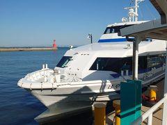船に乗ります~ 往復で2300円ほど。2階席に座りたかったけれど、ほぼ満員で 1階のシートで海を眺めていたら、日間賀島までもあっという間。