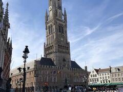 世界遺産のブルッヘの鐘楼。 ブルッヘとはブルージュのオランダ語での呼び方。 13世紀にはこの街には、イギリス、ハンザ同盟諸都市、ジェノバなど広くヨーロッパから商人が集まり、貿易や金融の中心として隆盛を極めた。 そこで蓄積された富を集め、毛織物業のギルドが建てたものがこの鐘楼だった。