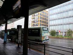 清水道から、京都駅までバスに乗ったら… なんと、京都駅に着いたら、大雨が降っていた!!! マジで土砂降り! 良かった~、バスを待っている間とかに降ってこなくて。
