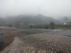 広島から新幹線に乗って、新岩国へ。そこからタクシーに乗って錦帯橋へ向かいました。 霧雨模様で、山の中にある岩国城も見ることができませんでした…。