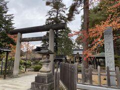 駅から40分ほどで松が岬公園に到着。 こちらは松岬神社。 上杉鷹山が祀られています。