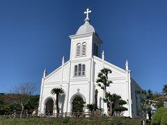 小高い丘に建つロマネスク様式の大江教会。鬼池港から「天草西海岸サンセットライン」という風光明媚なドライブコースで世界遺産の大江教会に。教会内はステンドグラスの厳かな雰囲気。